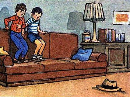 мальчика забрались на диван