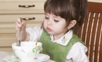 Рассказ про девочку Катю, которая не любила кушать.